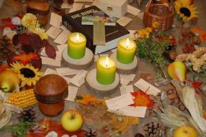 Herbstisch mit Bibel, Kerzen, Laub